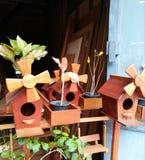 Hölzernes Vogelhaus auf Einkaufsstraße Lizenzfreie Stockfotos