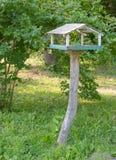 Hölzernes Vogelhaus-Nistkasten Vogelhaus in Form des wirklichen Hauses mit Fenster Lizenzfreie Stockbilder