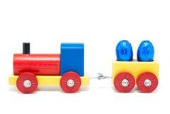 Hölzernes vorbildliches Gleis mit Ostereiern auf Lastwagen lizenzfreies stockfoto