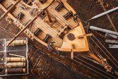 Hölzernes vorbildliches Schiff auf einer braunen Tabelle Lizenzfreies Stockbild