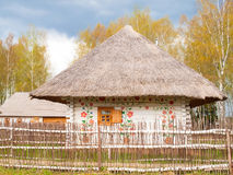 Hölzernes weißes Lebkuchen-Haus mit Zaun im russischen Dorf Stockfoto