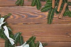 Hölzernes Weihnachts- oder des neuen Jahreshintergrund mit einem Rahmen gemacht von den Tannenbaumasten Lizenzfreie Stockfotografie