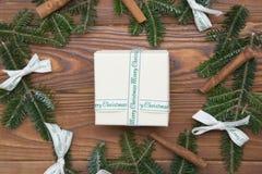 Hölzernes Weihnachts- oder des neuen Jahreshintergrund mit einem Weihnachtskranz Lizenzfreie Stockfotos