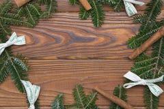 Hölzernes Weihnachts- oder des neuen Jahreshintergrund mit einem Weihnachtskranz Stockbilder