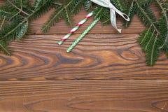 Hölzernes Weihnachts- oder des neuen Jahreshintergrund mit Tannenbaumasten und -strohen Stockfotografie