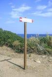 Hölzernes Weinlesezeichen auf dem Strand Lizenzfreies Stockfoto
