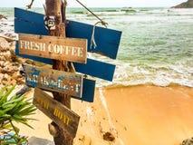 Hölzernes Zeichen auf dem Strand Lizenzfreies Stockfoto