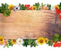 Hölzernes Zeichen u. Blumen Stockbild