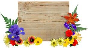 Hölzernes Zeichen u. Blumen Stockfotos