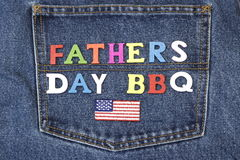 Hölzernes Zeichen Vatertag BBQ auf Blue Jeans-Tasche Stockfotos