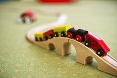 Hölzernes Zugspielzeug auf einer Brücke Stockfoto