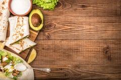 Höna, avokado och grönsakburrito royaltyfri foto