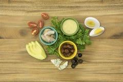 Höna bacon, ägg, tomat, ingredienser för BleuostCobb sallad arkivbild