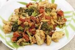 Höna-, broccoli- och tomatmatställe Royaltyfri Fotografi