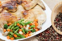 Höna grillade helt med örter på plattan, lantlig mat Royaltyfri Fotografi