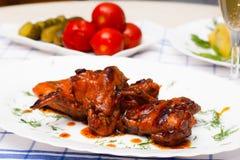 Höna grillade med kokta potatisar och gravade tomater Royaltyfri Fotografi