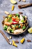 Höna med grönsaker och kikärtar i indier royaltyfri bild
