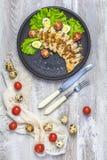 Höna med honung och senap öser, grönsallat, vaktelägg, körsbärsröda tomater arkivbild