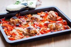 Höna med ugn-grillad ratatouille Royaltyfria Bilder