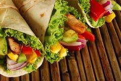 Höna- och avokadosjalsmörgåsar på mattt Royaltyfri Foto