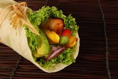 Höna- och avokadosjalsmörgåsar på mattt Arkivfoton