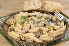 Höna och champinjon med pasta Arkivfoto