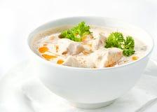 Höna och champinjoner lagar mat med grädde soppa Royaltyfria Bilder