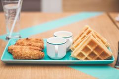 Höna- och dillandefrukost på tabellen royaltyfria foton