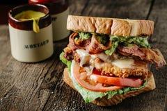 Höna- och för avokado BLT smörgås Arkivfoton