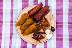 Höna- och grisköttkött ombord som ligger på en bordduk Kryddor för arkivfoto