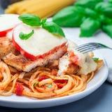 Höna som är caprese med tomat- och mozzarellaost som tjänas som med linguine, tomatpastasås och basilika, fyrkantigt format arkivbild