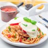 Höna som är caprese med tomat- och mozzarellaost som tjänas som med linguine, tomatsås och basilika, fyrkantigt format royaltyfri foto