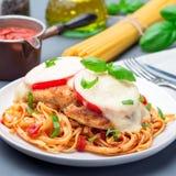Höna som är caprese med tomat- och mozzarellaost som tjänas som med linguine, tomatsås och basilika, fyrkantigt format fotografering för bildbyråer