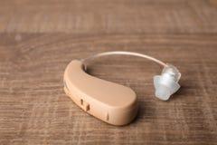 Hörapparat på trätabellen, closeup arkivfoto