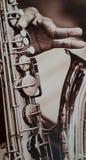 H?ren auf die Anmerkungen des Saxophons stockbilder