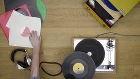 Hören auf Vinylaufzeichnungen stock video