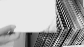 Hören auf Vinylaufzeichnungen stock footage
