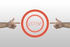 Hören Befehl in der Mitte von zwei Kreisen Zwei Hände, die zeigen, um zu hören Wort stockfoto