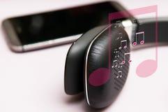 Hören Musik auf Kopfhörern mit Symboldiagramm der musikalischen Anmerkungen Stockfoto