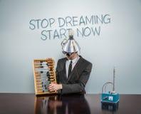 Hören Sie auf, Anfang zu träumen simsen jetzt auf Tafel mit Geschäftsmann Lizenzfreie Stockbilder