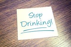 Hören Sie auf, Anzeige auf Papier auf Holztisch zu trinken lizenzfreie stockfotos