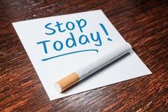 Hören Sie auf, Anzeige mit Zigarette auf hölzernem Regal heute zu rauchen lizenzfreies stockfoto