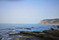 Hören Sie auf den Rhythmus von den Wellen, die das Ufer einhüllen lizenzfreie stockbilder
