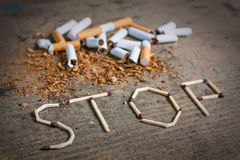 Hören Sie auf, Hintergrund mit defekten Zigaretten zu rauchen Stockbild