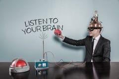 Hören Sie auf Ihr Gehirnkonzept mit dem Geschäftsmann, der Gehirn hält Stockfotos