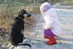 So! Hören Sie auf MICH! Ausbildung eines Hundkleinen Mädchens in einem Birkenwald. Stockbild