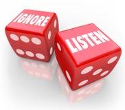 Hören Sie gegen ignorieren 2 rote Würfel-Wörter, die Aufmerksamkeit zahlen lizenzfreie abbildung
