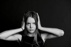 Hören Sie kein Übel Das Mädchen schließt die Hände lizenzfreie stockfotos