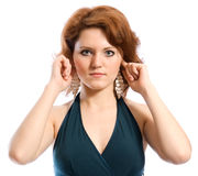 Hören Sie nichts. Junge Frau, die ihre Ohren abdeckt. Lizenzfreies Stockfoto
