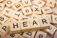 Hören Sie - Würfel mit Buchstaben, Zeichen mit hölzernen Würfeln Lizenzfreie Stockfotos
